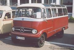 O319-Klein-Reisebus-weiss-weinrot.jpg