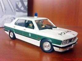 Прикрепленное изображение: Colobox_BMW_518_E28_UniversalHobbies-Bond~02.jpg