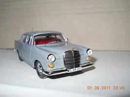 Прикрепленное изображение: Colobox_Mercedes-Benz_200D_W110_Ixo~02.jpg