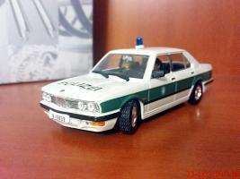 Прикрепленное изображение: Colobox_BMW_518_E28_UniversalHobbies-Bond~01.jpg