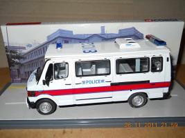 Прикрепленное изображение: Colobox_Mercedes-Benz_310_T1_Police_Hong_Kong_EU_Corgi~02.jpg