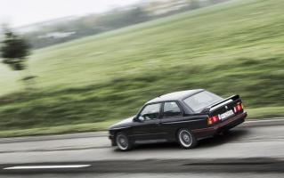 Прикрепленное изображение: 1990-BMW-M3-E30-sport-evolution-rear-in-motion.jpg