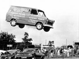 Прикрепленное изображение: 1985-Steve-Matthews-jumps-over-15-cars-for-charity..jpg