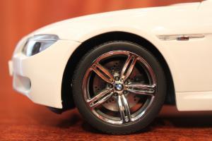 Прикрепленное изображение: 6er-M6(E63)Coupe-speredi sboku s korovoy (2).jpg