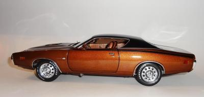 Прикрепленное изображение: Dodge Charger Super bee Hemi Magnum 1971 Dark bronze - Ertl (8).JPG