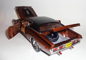 Прикрепленное изображение: Dodge Charger Super bee Hemi Magnum 1971 Dark bronze - Ertl (15).JPG