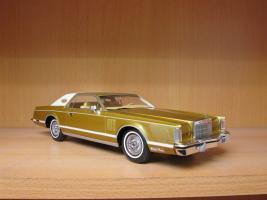 Прикрепленное изображение: 1978 Lincoln Mark V gold 1.jpg