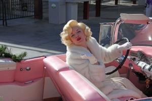 Прикрепленное изображение: monroe-in-pink-car.jpg