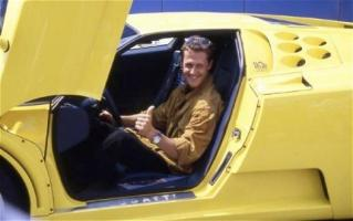Прикрепленное изображение: michael-schumacher-and-his-1994-bugatti-eb-110-ss.jpg