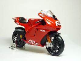 Прикрепленное изображение: Ducati Desmosedici #65 L. Capirossi \'2006 (Maisto) 3.JPG
