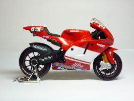 Прикрепленное изображение: Ducati Desmosedici #65 L. Capirossi \'2004 (Maisto) 4.JPG