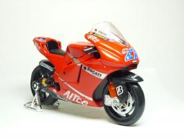 Прикрепленное изображение: Ducati Desmosedici #27 C. Stoner \'2007 (Maisto) 3.JPG