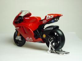 Прикрепленное изображение: Ducati Desmosedici #65 L. Capirossi \'2006 (Maisto) 6.JPG