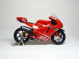 Прикрепленное изображение: Ducati Desmosedici #27 C. Stoner \'2007 (Maisto) 4.JPG