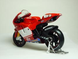 Прикрепленное изображение: Ducati Desmosedici #65 L. Capirossi \'2004 (Maisto) 6.JPG