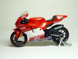 Прикрепленное изображение: Ducati Desmosedici #65 L. Capirossi \'2004 (Maisto) 1.JPG