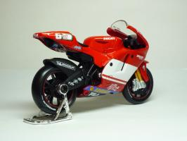 Прикрепленное изображение: Ducati Desmosedici #65 L. Capirossi \'2004 (Maisto) 5.JPG