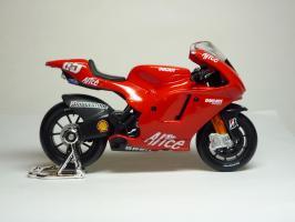 Прикрепленное изображение: Ducati Desmosedici #65 L. Capirossi \'2006 (Maisto) 4.JPG