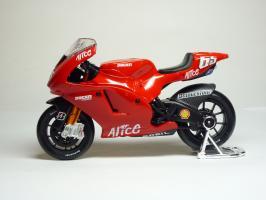 Прикрепленное изображение: Ducati Desmosedici #65 L. Capirossi \'2006 (Maisto) 1.JPG
