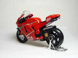 Прикрепленное изображение: Ducati Desmosedici #27 C. Stoner \'2007 (Maisto) 6.JPG