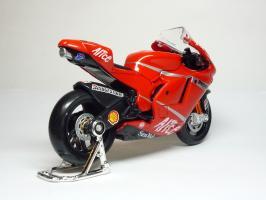 Прикрепленное изображение: Ducati Desmosedici #27 C. Stoner \'2007 (Maisto) 5.JPG