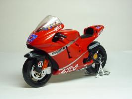 Прикрепленное изображение: Ducati Desmosedici #27 C. Stoner \'2007 (Maisto) 2.JPG