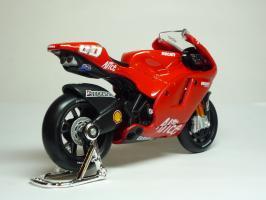 Прикрепленное изображение: Ducati Desmosedici #65 L. Capirossi \'2006 (Maisto) 5.JPG