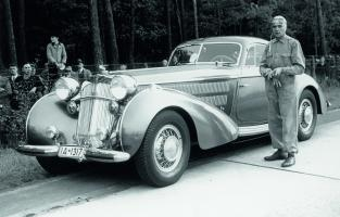 Прикрепленное изображение: Horch-Bernd-Rosemeyer-and-his-1937-853-Coupé.jpg