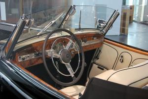 Прикрепленное изображение: 1024px-Horch_855_Special-Roadster,_Bj._1939_(innen).JPG