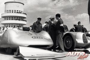 Прикрепленное изображение: 17_Bernd-Rosemeyer_Auto-Union-Type-C-nº31_AVUS-1937.jpg