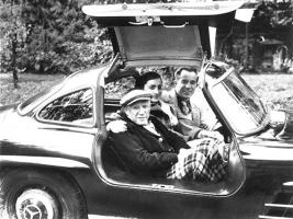Прикрепленное изображение: Pablo-Picasso-his-wife-Jacqueline-and-David-Duncan-in-Duncan-s-car_1960s.jpg