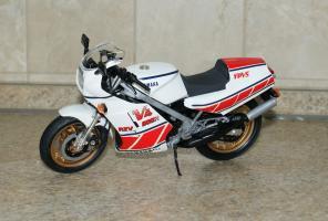 Прикрепленное изображение: 112 Yamaha RZV500R Tamiya (1).JPG