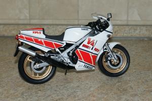 Прикрепленное изображение: 112 Yamaha RZV500R Tamiya (2).JPG