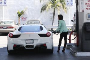 Прикрепленное изображение: Kim-Kardashian-Ferrari-458.jpg