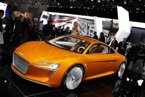 Прикрепленное изображение: Audi-R8-e-tron-2011-booth-girl-in-the-back-at-Australian-International-Motor-Show.jpg