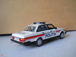 Прикрепленное изображение: Colobox_Volvo_240_Politi_Minichamps~02.jpg