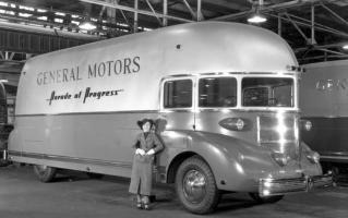 Прикрепленное изображение: 1936 GM Futureliner.jpg