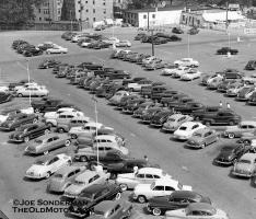 Прикрепленное изображение: 1950s parking lot of the Famous-Barr Garden Center West of St Louis in Clayton.jpg