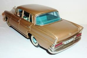 Прикрепленное изображение: BANDAI Tin Litho Friction 1960s MERCEDES BENZ 220S SEDAN1.JPG