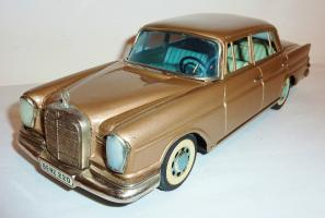 Прикрепленное изображение: BANDAI Tin Litho Friction 1960s MERCEDES BENZ 220S SEDAN.JPG