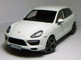 Прикрепленное изображение: Porsche-Cayenne-Turbo-S-2013-Minichamps-White-01.JPG