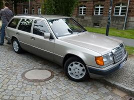 Прикрепленное изображение: 800px-Mercedes_Benz_230_TE_W_124.JPG