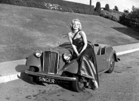 Прикрепленное изображение: Marilyn Monroe -- Singer roadster.jpg