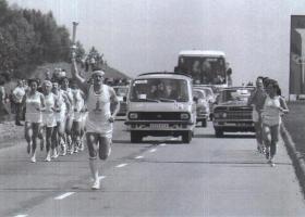 Прикрепленное изображение: РАФ-2907 сопровождает спортсмена-факелоносца.jpg