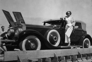 Прикрепленное изображение: Marlene Dietrich with her 1936 Rolls Royce.jpg