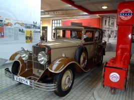 Прикрепленное изображение: 2 August_Horch_Museum_Zwickau_-_gravitat-OFF_-_Horch_479_an_einer_Standardtankstelle_der_dreißiger_Jahre.jpg