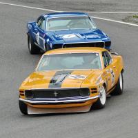 Прикрепленное изображение: 1970 Ford Mustang Boss 302 - 15 Brian Ferrin and 1969 Ford Mustang Boss 302 1 Jim Click at 2007 Sovren Historics.jpg