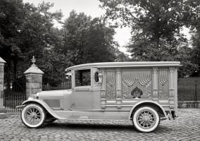 Прикрепленное изображение: 1924  photo of Lincoln hearse.jpg