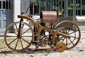Прикрепленное изображение: Daimler-Reitwagen-1885.jpg