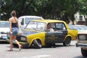 Прикрепленное изображение: lada_taxi_cassee_pas_grave_salut_poulette.jpg